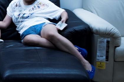 Mujer sobre sofá