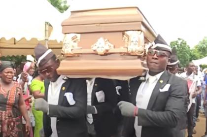 Africanos que cargan ataúd.