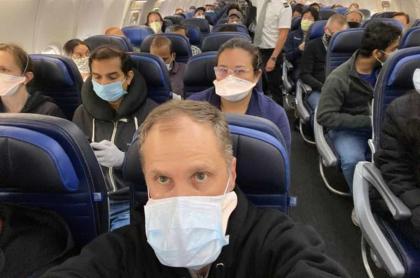 Médico denuncia vuelo de United Airlines