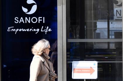 Logo de Sanofi en puerta
