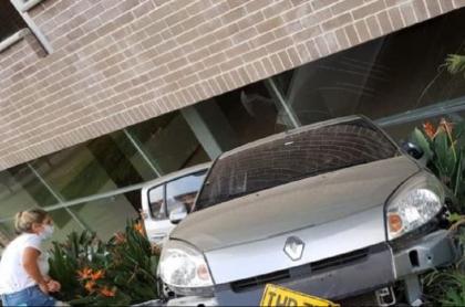 Estrella carro en reversa contra edificio en El Poblado