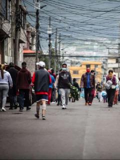 Personas en la calle en medio de emergencia.