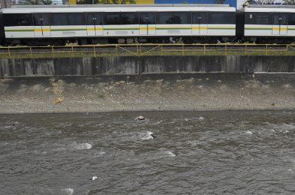 Ladrones se lanzaron al río Medellín