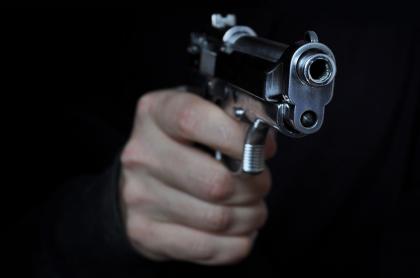 Hombre apunta con arma de fuego