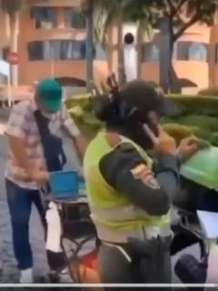 Vendedor ambulante de aguacates que fue multado