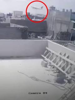 Avión estrellándose en Pakistán.