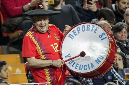Manolo el del bombo, hincha de España