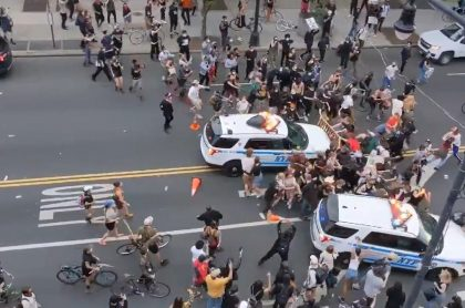 Patrulla de policía arrolla a personas que protestan por la muerte de George Floyd, en Nueva York