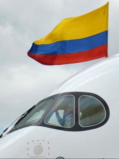Avión con la bandera de Colombia