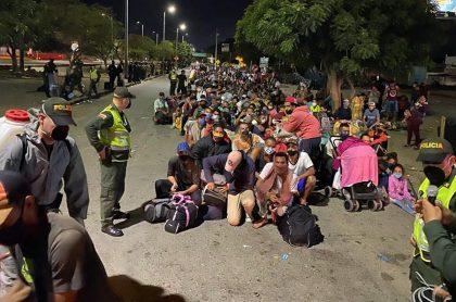Venezolanos en Cúcuta haciendo fila para cruzar a su país.