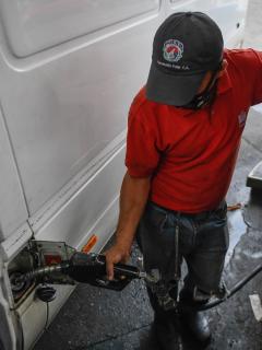Operario en estación de gasolina en Venezuela