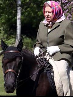 Reina Isabel montando a caballo.