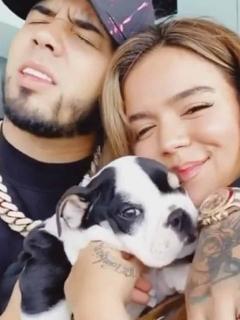 Karol G, Anuel y su perro