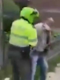 Policías arrestando a adulto mayor