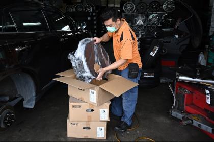 Hombre empacando mercancía