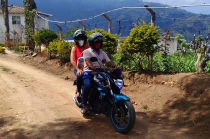 Rectora en moto.