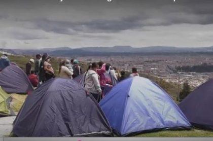 Familias desalojadas duermen en parque del sur de Bogotá