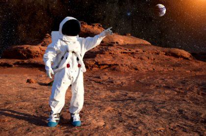 Mujer astronauta en la Luna.