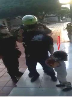 Policía inmoviliza a hombre que estaba con su hijo en parque