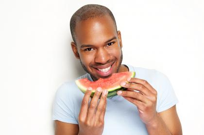 Hombre comiendo sandia