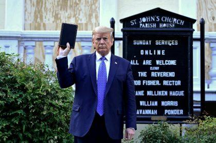 Militar se arrepintió de acompañar a Trump a tomarse esta foto.