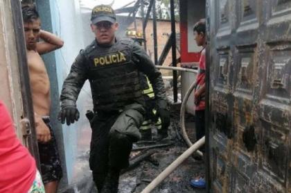Policía apaga incendio en dos casa en Tolima