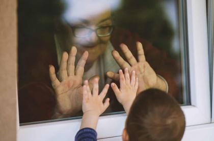 Abuela saludando a su nieto