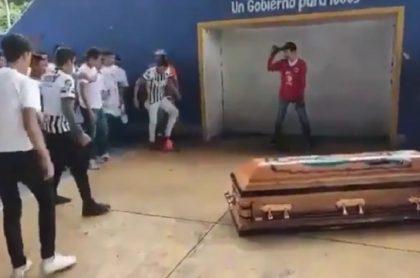 Jóvenes mexicanos despidiendo a futbolista que policía mató