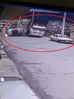 Camión se llevó por delante a dos carros.