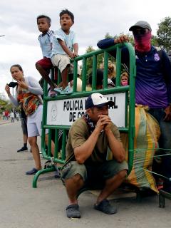 Venezolanos varados en el puente internacional Simón Bolívar, que conecta a Cúcuta (Colombia) con San Antonio del Táchira (Venezuela).
