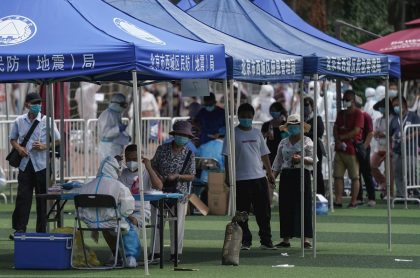 Chinos haciendo fila para practicarse prueba de coronavirus