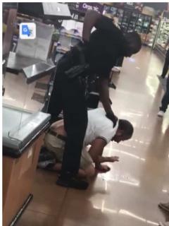 Policía golpea a cubano.