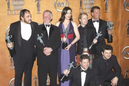 John Rhys-Davies, Ian Holm, Liv Tyler, Billy Boyd y John Noble; (adelante): Sean Astin y Andy Sertis.