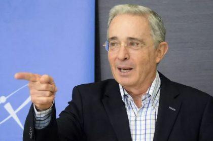 Tendero tiene muñeco de Uribe como amuleto