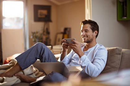 Hombre con celular en casa