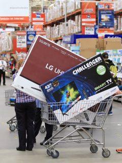Compradores durante el día sin IVA en Colombia, en medio de la pandemia de COVID-19