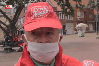 Jaime Ortiz, vendedor de Crem Helado en la plaza de Lourdes, en Bogotá.