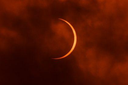 La Luna se mueve delante del Sol durante el eclipse anular solar visto desde Nueva Delhi, India.