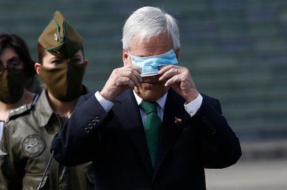 Sebastián Piñera abre ataúd de tío muerto por COVID-19