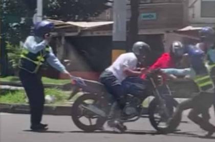 Pelea de motero con agentes de tránsito en Medellín