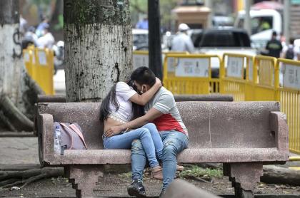 Pareja en un parque durante la pandemia de COVID-19