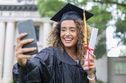 Joven graduandose