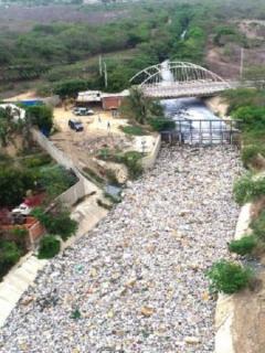 Barranquilleros no aprenden y aprovechan lluvias para taponar de basura varios arroyos.