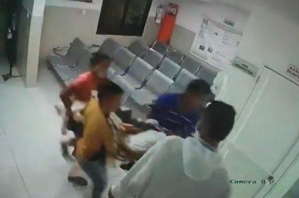 Familia se lleva cuerpo de mujer de clínica en Soledad