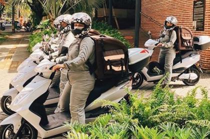 Crepes & Waffles monta a sus mujeres en moto para aportarle a los domicilios propios.