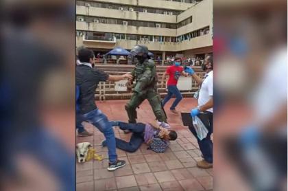 Policía golpea a estudiante.
