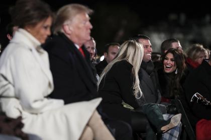 A la derecha, Kimberly Guilfoyle, novia de Donald Trump Jr.