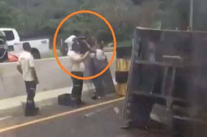 Saqueo a camión de cerveza que se volcó en Barranquilla