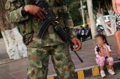 Imagen de referencia de un soldado del Ejército colombiano y una niña