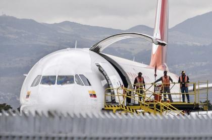Avión en el aeropuerto El Dorado de Bogotá